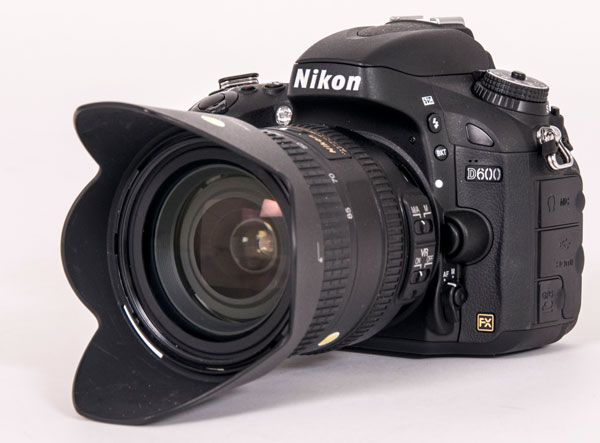 FX-formatkameraet Nikon D600 er en umiskjennelig Nikon-speilrefleks som for eksempel eiere av Nikon D7000 i DX-format vil dra kjensel på. Men D600 er faktisk enda lettere, i hvert fall før man begynner å hekte på FX-tilpasset optikk. (Alle foto: Toralv Østvang)