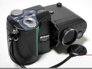 Nikon Coolpix 4500 – eksempel på digitalkamera med «annerledes» design. Bildet viser modellen for det amerikanske marked. I vår del av verden var den grønne stripen byttet ut med en rød stripe. Foto: Hiyotada/Wikimedia Commons)