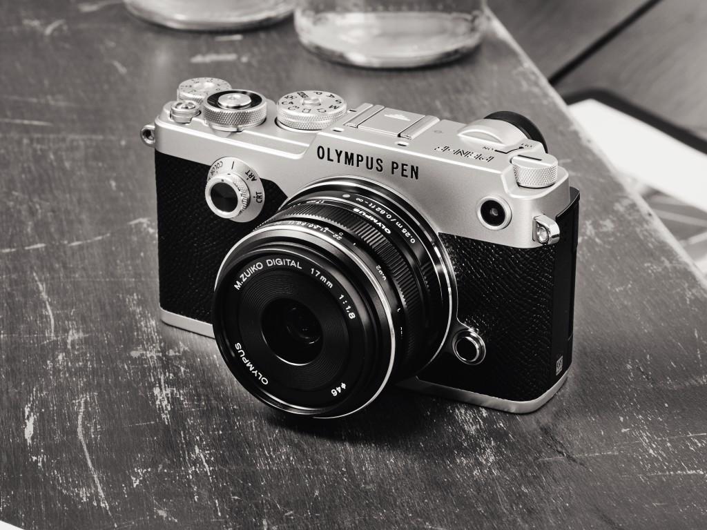 RETRO: Olympus PEN-F har designelementer fra 1950-60-tallet, men er et hypermoderne digitalkamera. (Foto: Olympus)
