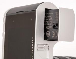 BATTERIET: Lokket er en integrert del av batteriet og blir med ut når batteriet skal lades. Her er det ikke noe batterilokk som kan knekke.