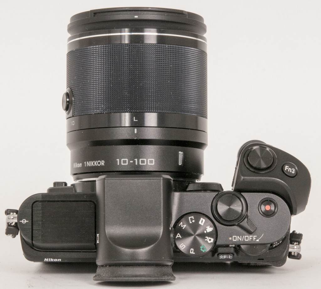 PROFT: Nikon 1 V3 ser ut som et miniatyrisert speilreflekskamera.