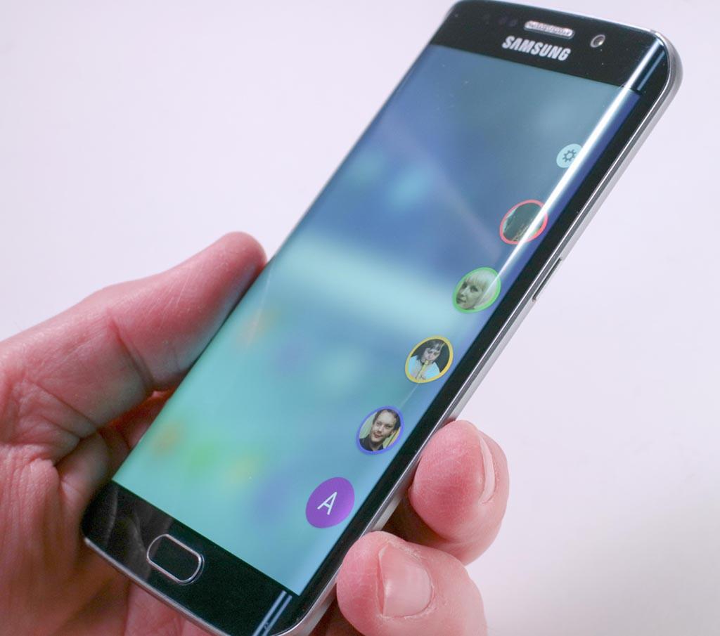 KANT-INFO: Fra kantmenyen på Galaxy S6 Edge kan man hente frem sine fem viktigste telefonkontakter. (Foto: Toralv Østvang)