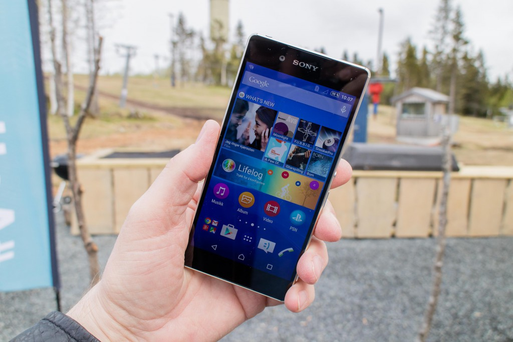 MYE ER LIKT: Sony Xperia Z3+ har tilsynelatende bare kosmetiske endringer fra forrige modell, men det er en god del nytt under skallet. (Foto: Toralv Østvang)