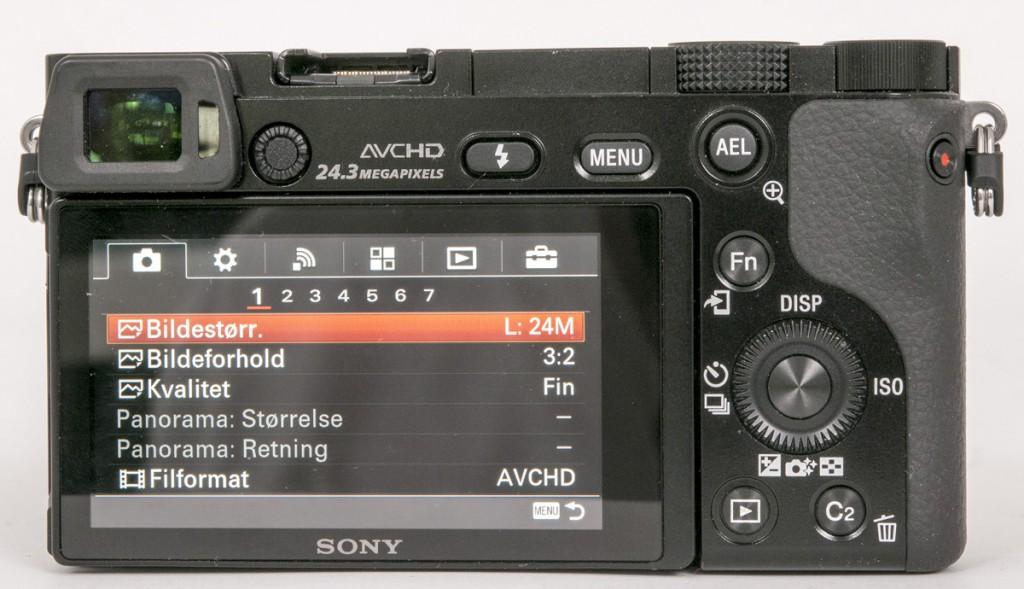 RIKHOLDIG: Sony a6000 er rikholdig på betjeningsmuligheter, både via menysystemet og via knapper, hjul og ratt.