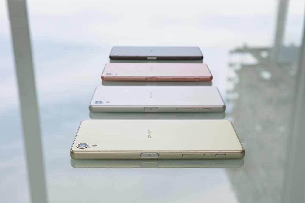 FIRE FARGER: De nye Sony Xperia X-modellene kommer i fire farger, av Sony benevnt som hvit, sort, lime gold og rose gold. (Foto: Sony)