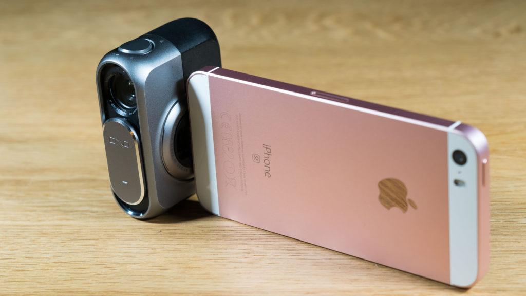 SKARPERE KANTER: iPhone SE har litt skarpere kanter enn de større iPhone-modellene og oppleves som litt tryggere å holde. (Foto: Toralv Østvang)