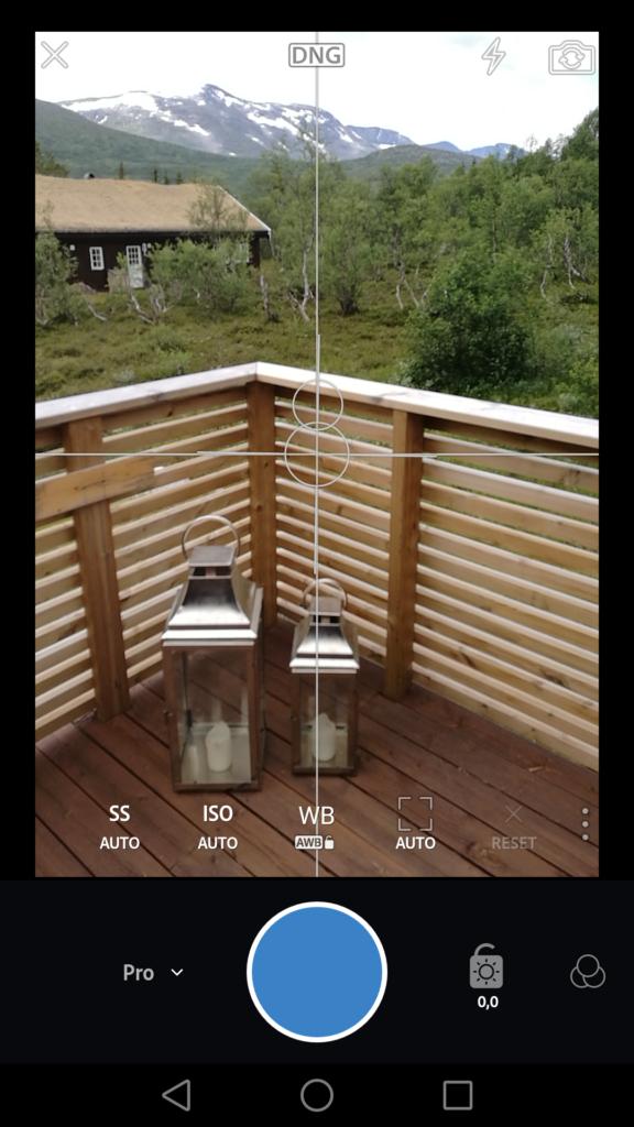 LIGHTROOM-KAMERA: Her er en skjermdump fra Lightroom Mobile brukt som kamera på en Huawei P9-mobil. Øverst ser vi at man fotograferer i Adobes Raw-format, DNG.