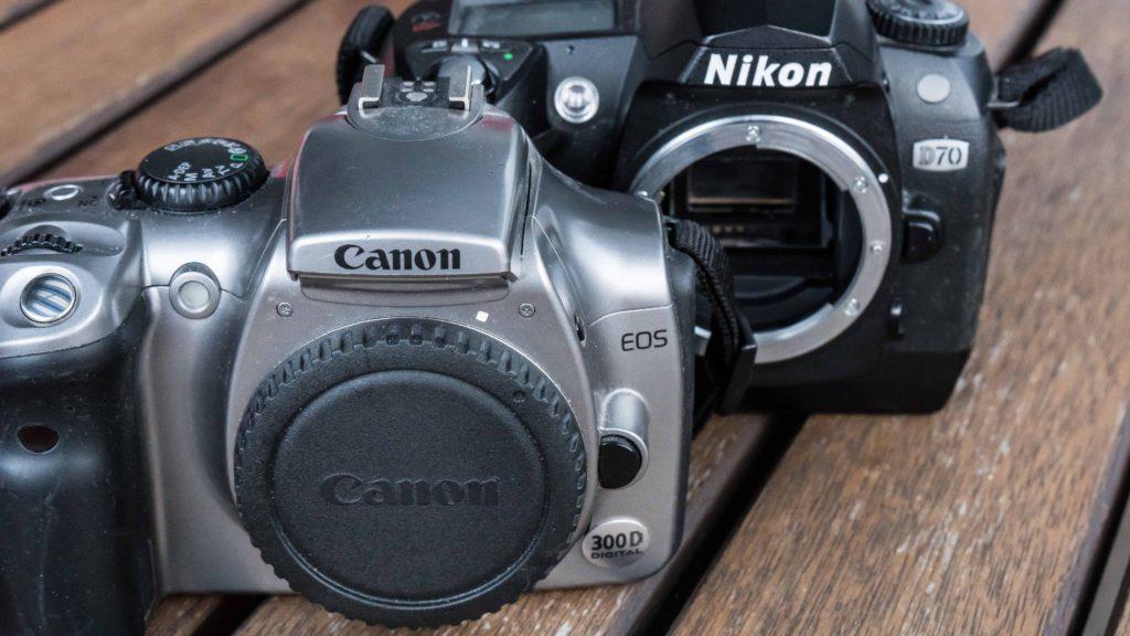 FILM-DREPERE: Disse to kameraene, Canon EOS 300D fra 2003 og Nikon D70 fra 1974, åpnet for digitale systemkameraer hos ikke-profesjonelle fotografer. (Foto: Toralv Østvang)