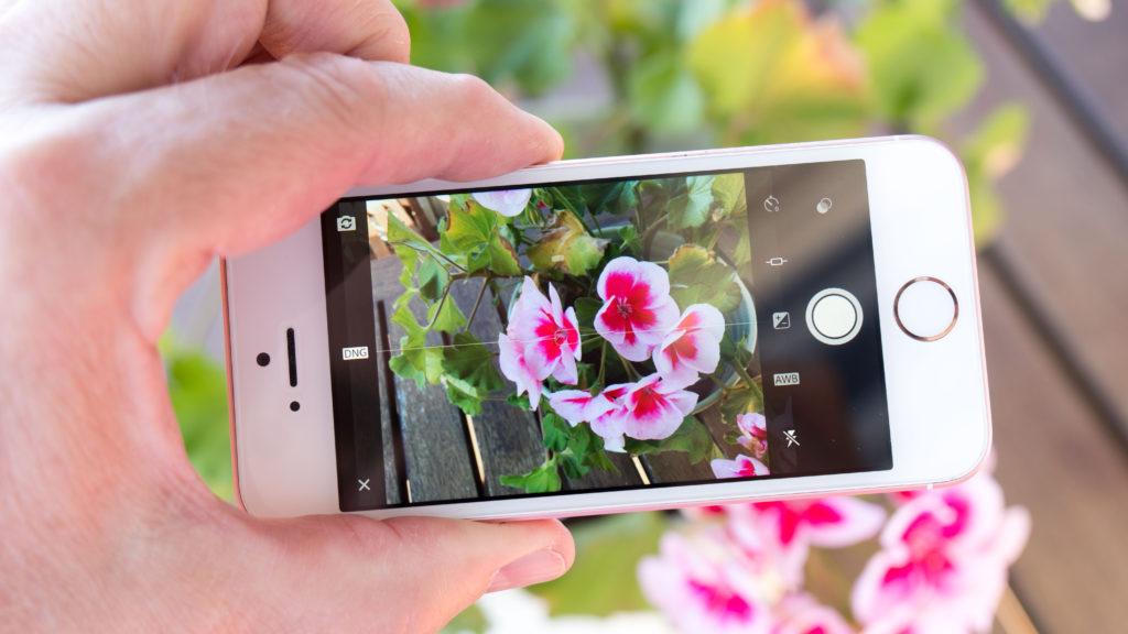 RÅ(TT)-KAMERA: iPhone SE og andre utvalgte iPhone- og iPad-modeller kan nå brukes til å fotografere i Adobes DNG-råformat. (Foto: Toralv Østvang)