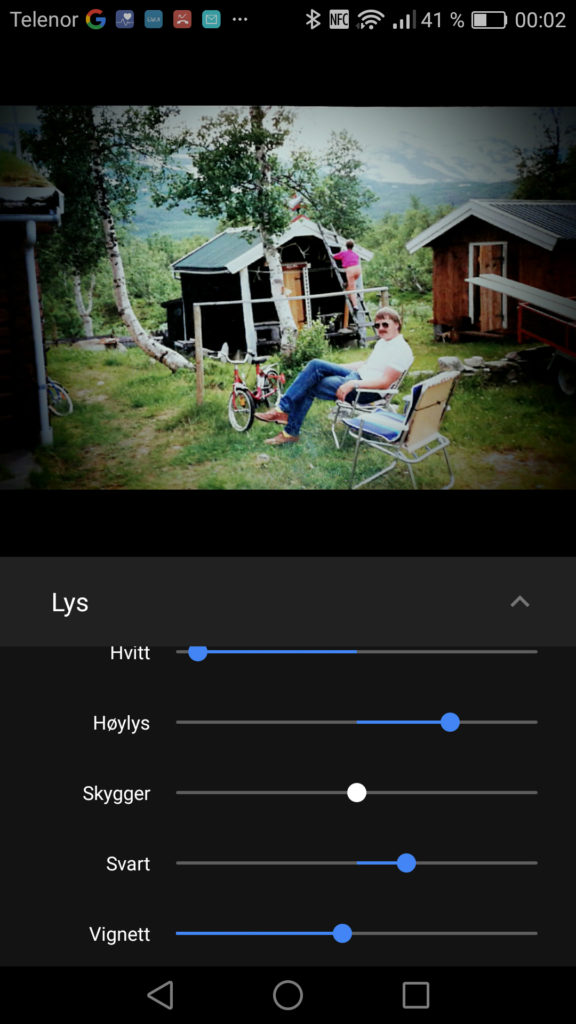 VIGNETTERING: Google Foto lar deg lage dramatiske vignetteringer i bildene. Her bearbeiding av et snart 30 år gammelt bilde fra hytta, avfotografert med Google Fotoskanner.