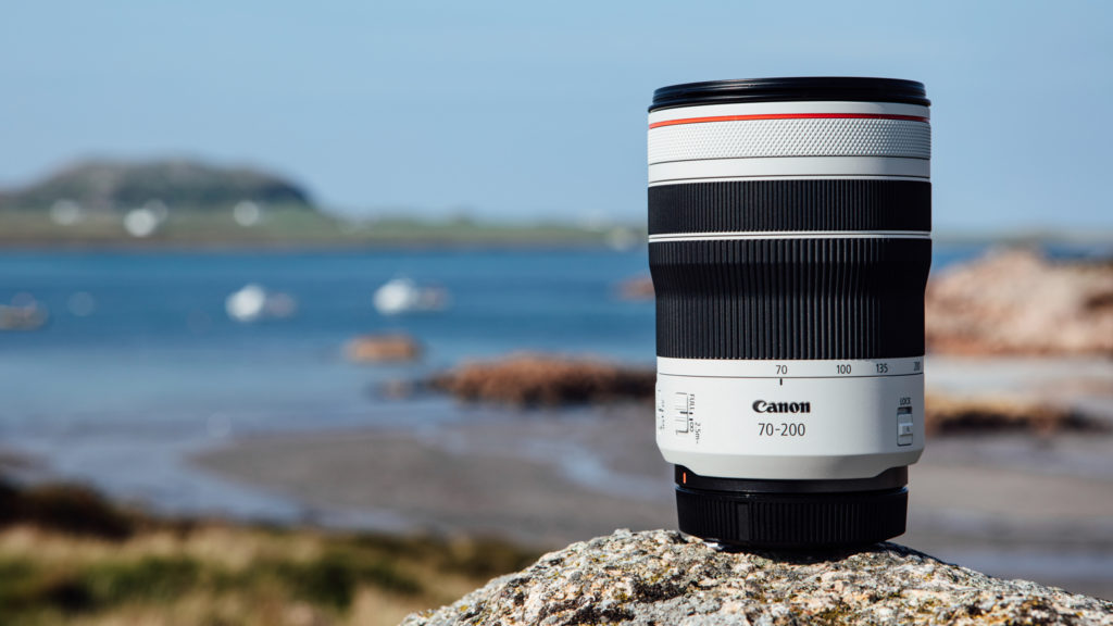 KORT OG LANGT: Zoomet ut og med solblenderen på plass blir det korte 70-200 mm-objektivet ikke så veldig kort likevel. (Pressefoto: Canon) (Klikk for større bilde.)